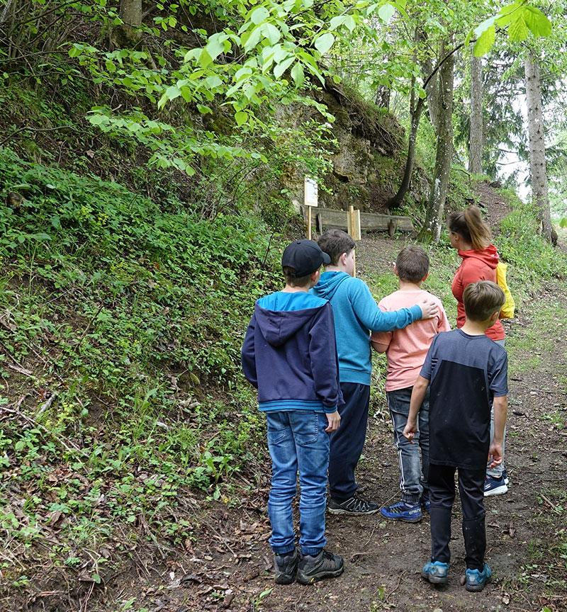 kindergruppe mit sonja schwaighofer beim achtsamkeitstraining im ellerswald